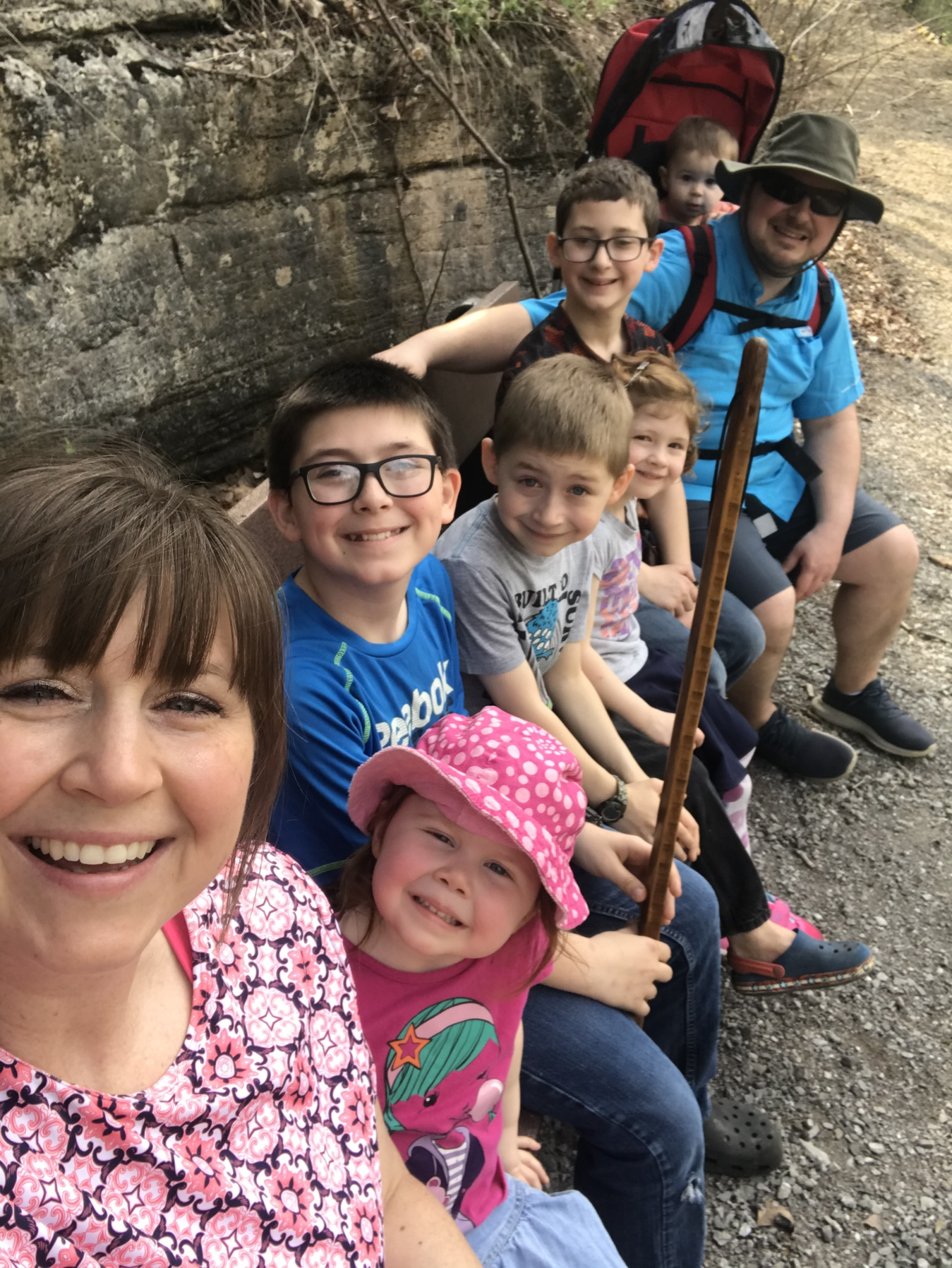 picture of Jana Brown and her husband and their 5 kids, sitting on a bench